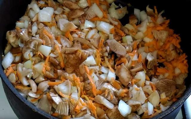 обжарить грибы с овощами