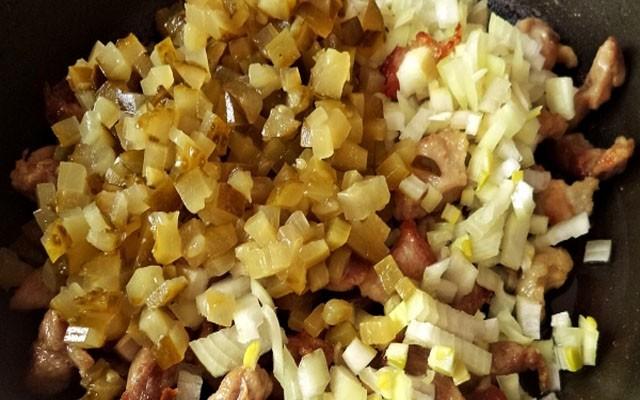 пару минут потомить мясо с огурцами и луком