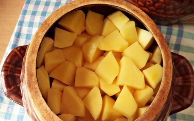 картошку нарезать кусочками и заполнить горшочки