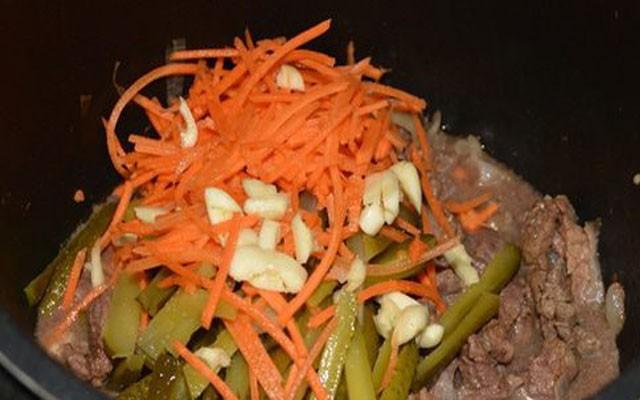 измельчить огурцы с морковкой и чесноком, добавить в мультиварку