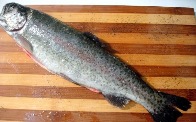 натереть рыбу специями