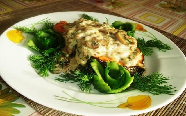Стейки форели под сливочным соусом с грибами и зеленью