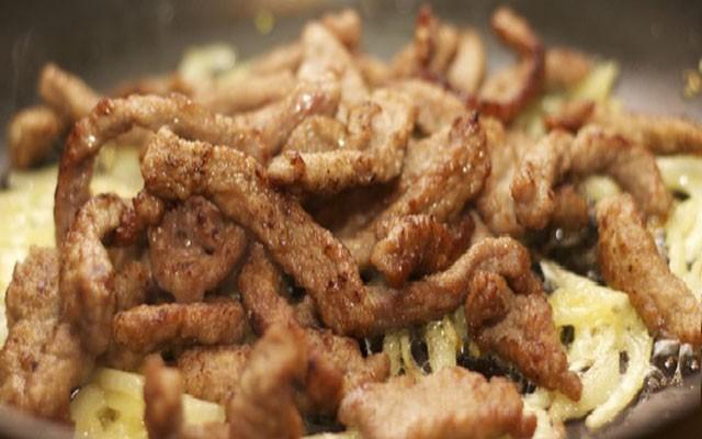 положить мясо в лук