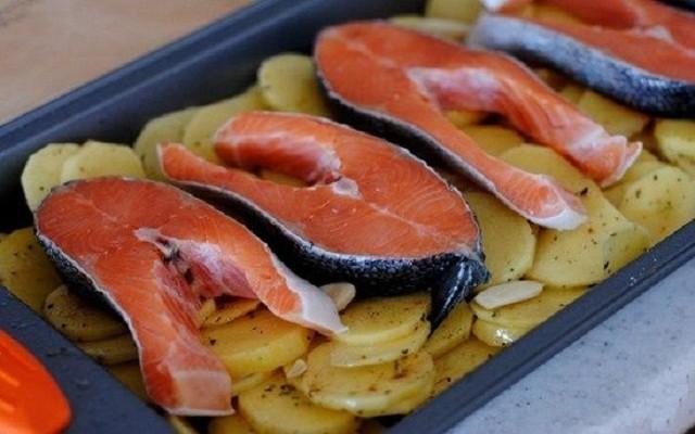 рыба на картофеле