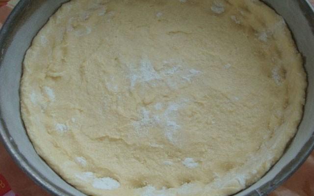 приготовить тесто и уложить в форму
