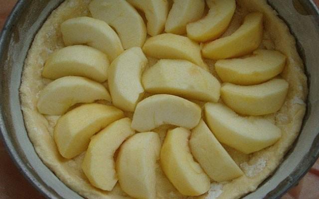 разложить яблоки на тесто
