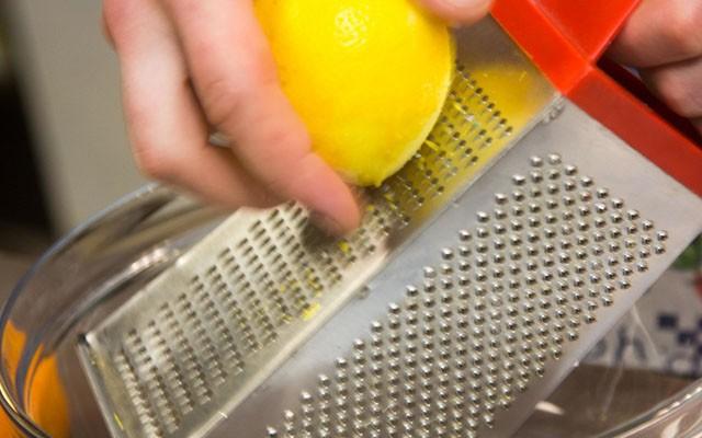 потереть лимон