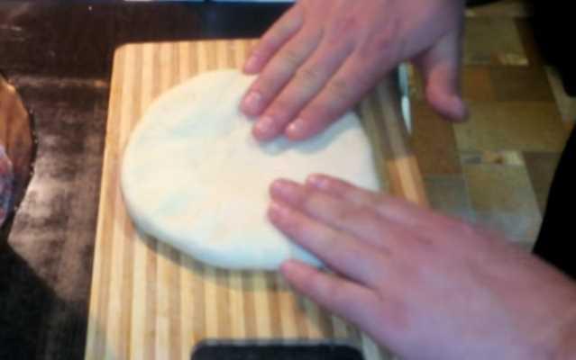 растянуть руками в лепешку