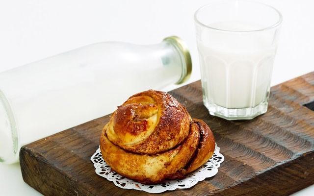 булочка с молоком