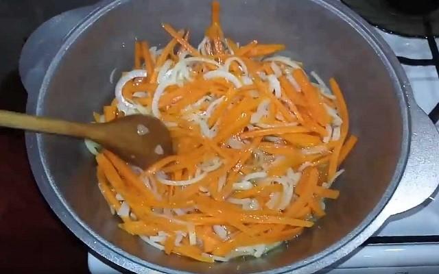 обжарить лук с морковью
