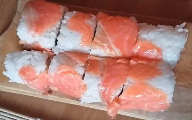 Простой рецепт суши с красной рыбой и огурцом