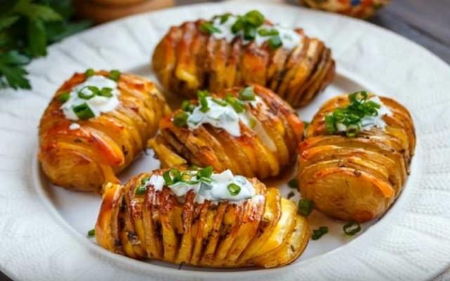 Картошка, запеченная в духовке с сыром и чесноком
