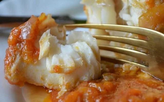 Судак под овощным маринадом с томатной пастой