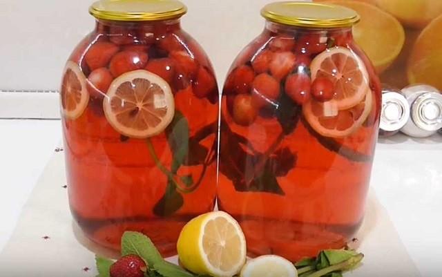 Компот из клубники с мятой и лимоном
