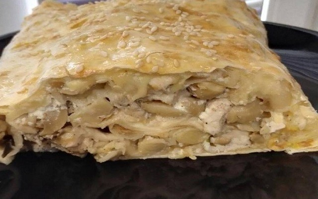 Рулет из лаваша с курицей, грибами, сыром и зеленью