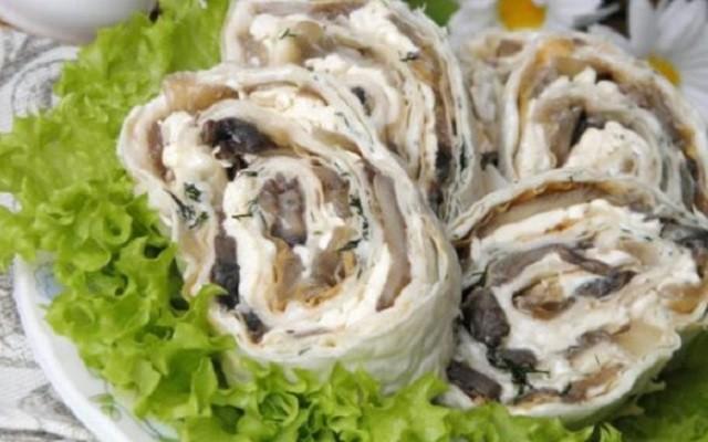 Рулет с плавленым сыром, грибами и зеленью