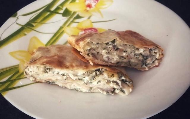 Рулет с творожно – сырной начинкой, грибами и зеленью