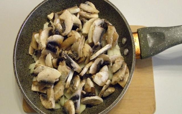 Обжарить грибы. Затем добавить лук