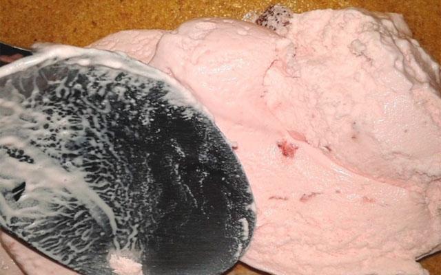 распределить мороженое по коржу