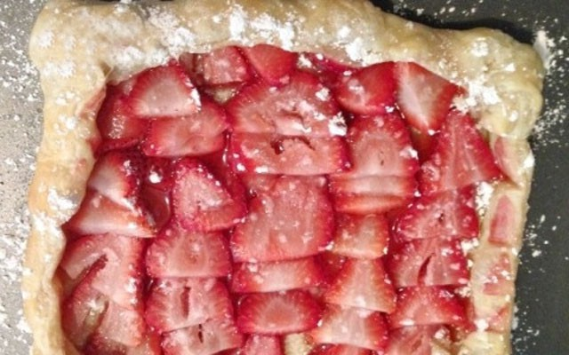 готовый слоеный пирог с клубникой