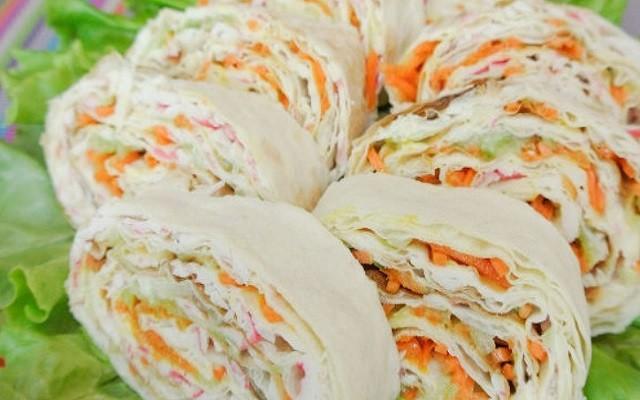 Рулет из лаваша с крабовыми палочками и корейской морковью
