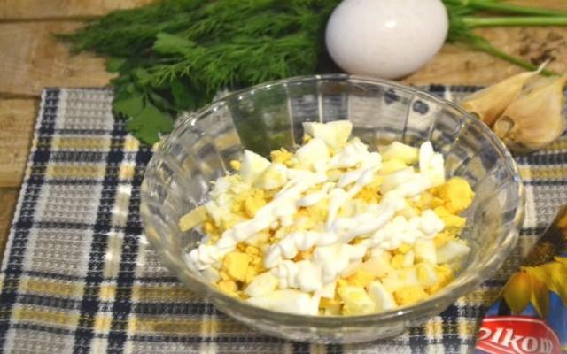 нарезать и заправить майонезом яйца