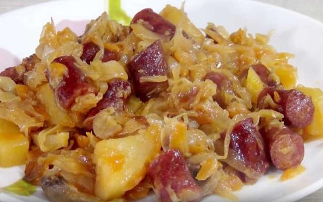 Капуста, тушеная с картошкой, колбасой и грибами
