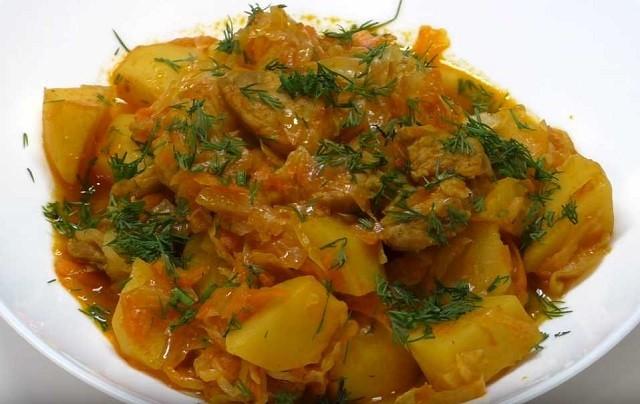 Капуста с мясом и картошкой, тушеные в сковороде на сале