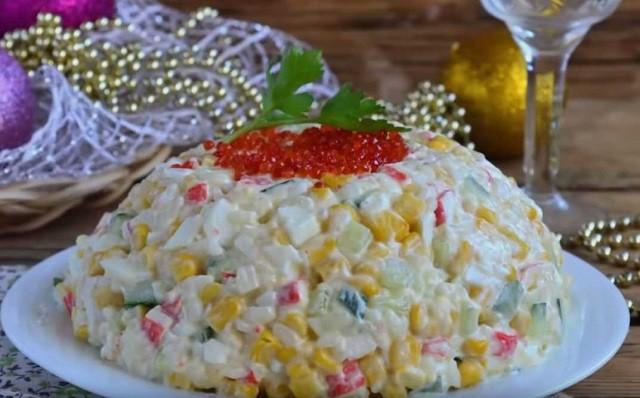 Классический салат с крабовыми палочками и рисом