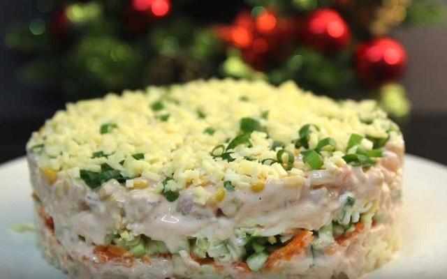 Салат с креветками, картофелем и огурцом