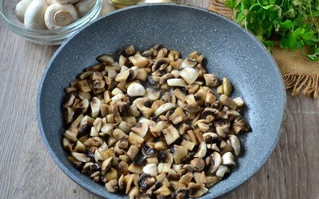 крошим грибы