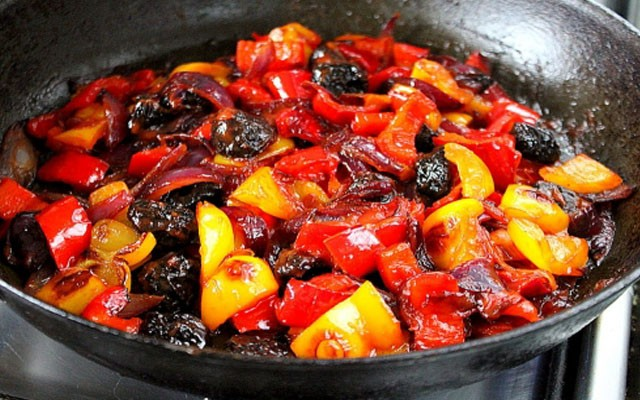 добавить чернослив и томатпасту