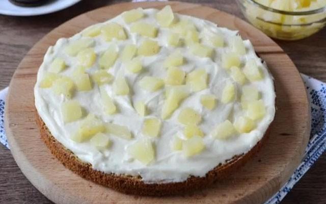 прослойка коржей кремом и ананасом