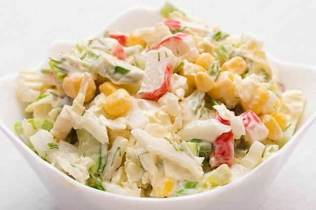 Салат из крабовых палочек и кукурузы. рецепты
