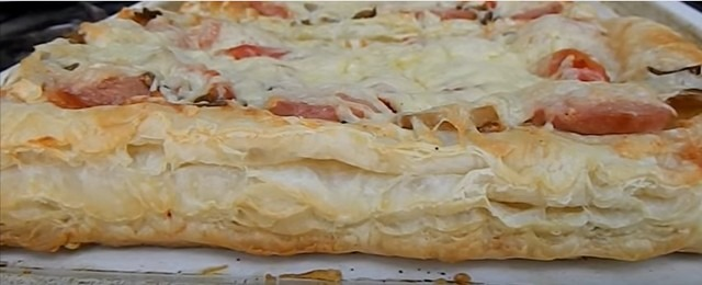 Пицца из слоеного теста в духовке - рецепт с фото