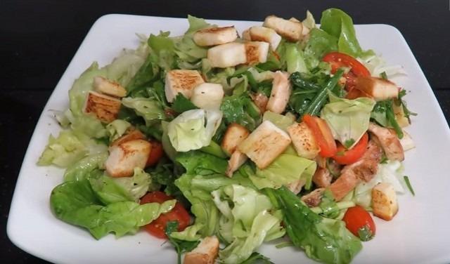Рецепт салата из сухариков с грудинкой